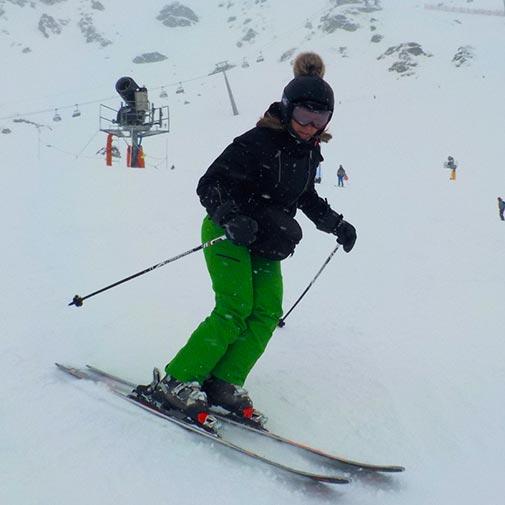 Funda casco Exclusive Negro esquiando