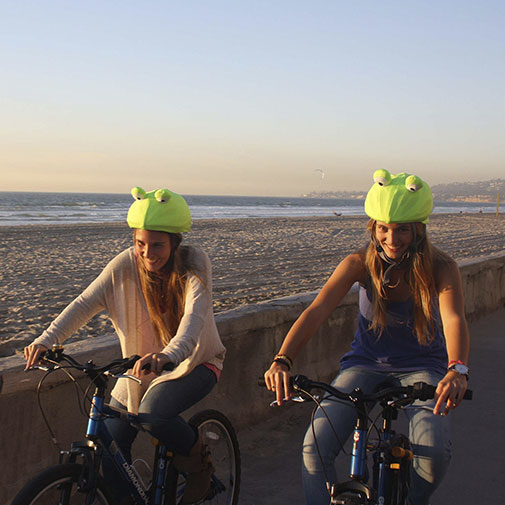 Funda casco de Rana usada con bicicleta