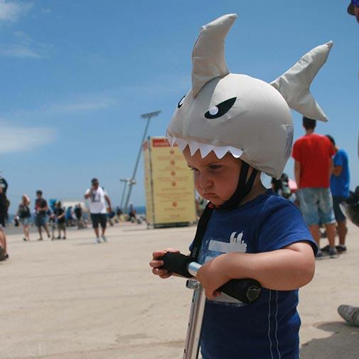 Funda casco de Tiburón usada en patinete