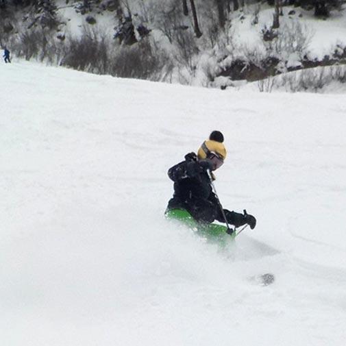 Funda casco dorado pon-pon esquiando