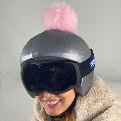 Funda casco gris pon-pon rosa