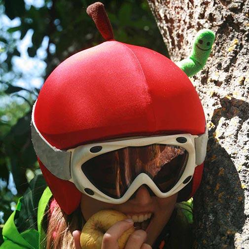 Funda casco Manzana con gusano 1